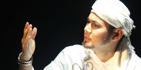 foto ustadz guntur bumi di acara misteri 2012
