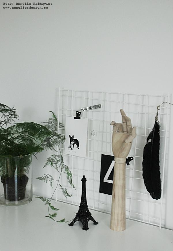 clips, klämmor, eiffeltorn i inredningen, vykort, motiv, frenchie, fransk bulldog print, prints, poster, posters, konsttryck, tavla, tavlor, svart och vitt, svartvit, svartvita, hund, hundar, siffror, siffra, bokstav, bokstäver, inredning, nät, inredningstips, klämmor, hänga upp, fjädersparris, hand, fjäder, feather,