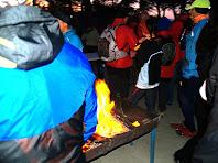 El foc ajuda a augmentar la temperatura que a aquestes hores és d'uns quants graus sota zero