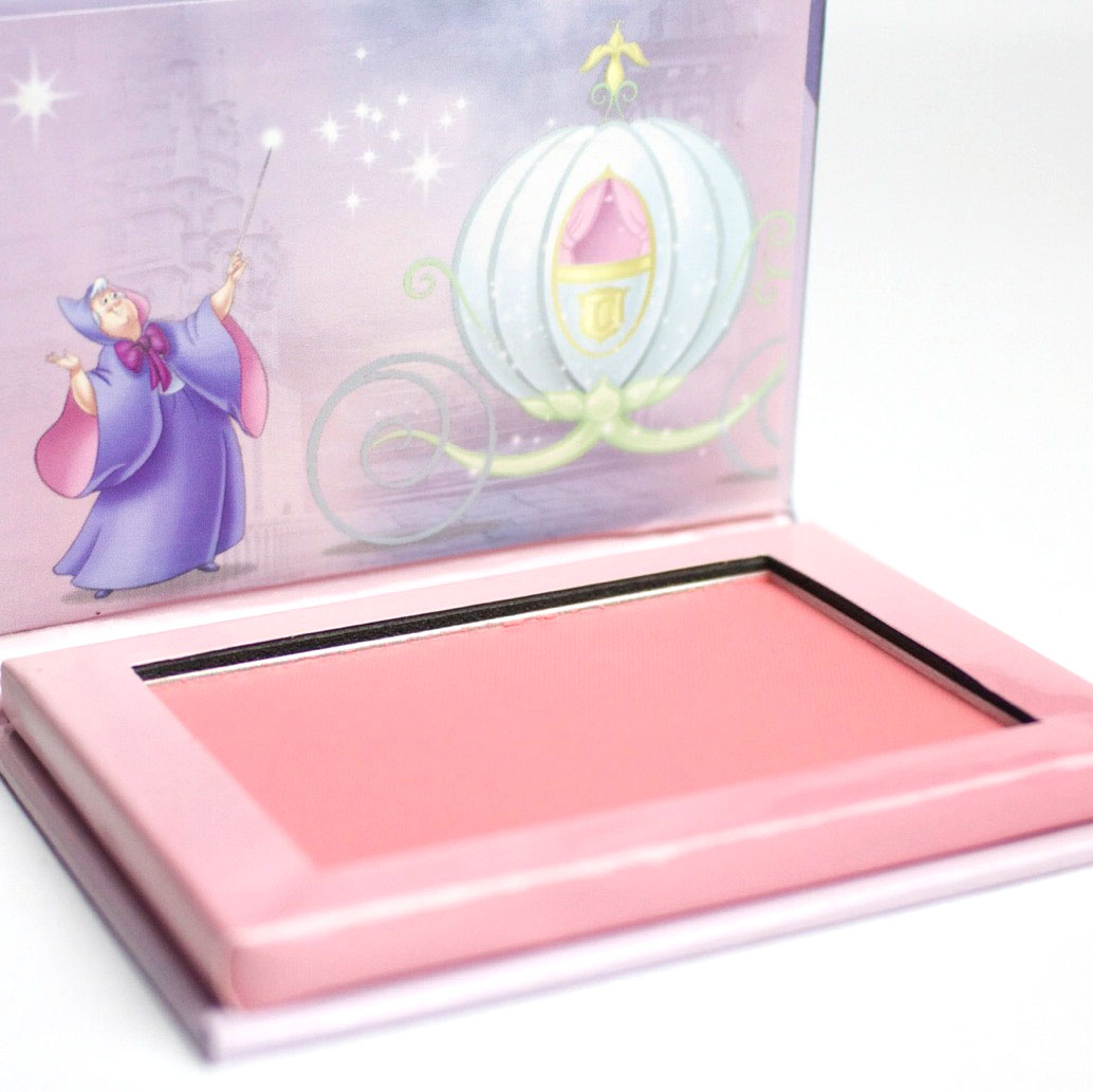 Essence-Cinderella-Disney-Swatch-LE-The-Glass-Slipper-Highlighter-Nagellack-Prince-Charming-Topper-The-Glass-Slipper-Blush-So-this-is-love-Eyeshadow-Palette-Shoppinator-Nail-Sticker-Review-Swatches