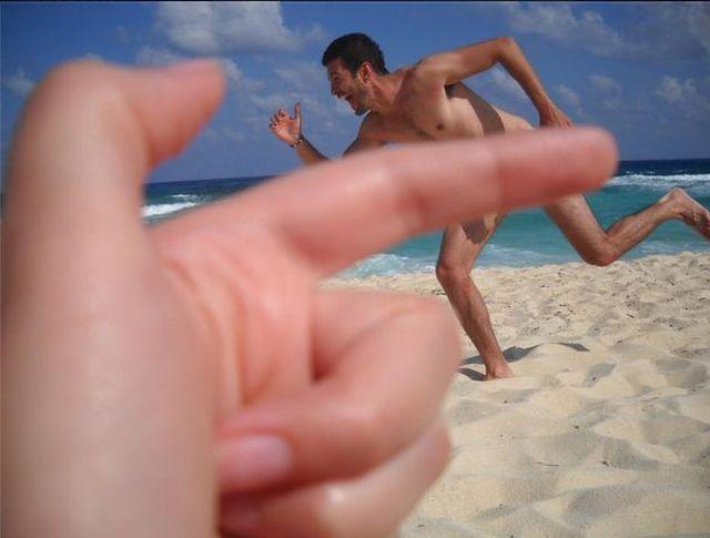 Tampando o corpo do cara com o dedo
