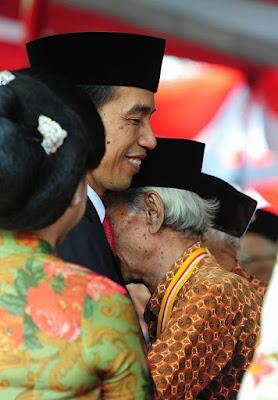 Veteran Menangis dipeluk Jokowi