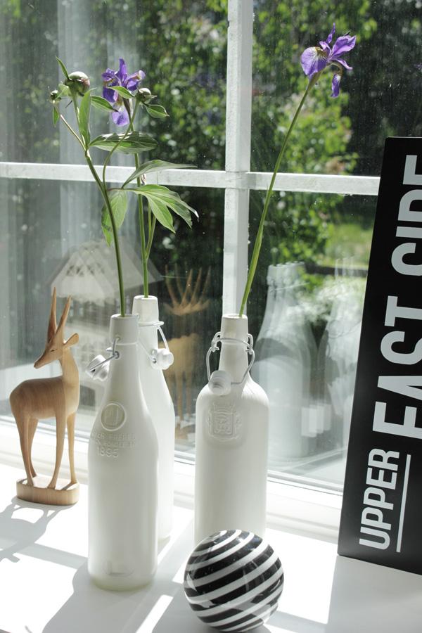 diy vaser, diy flaskor, vit sprayfärg på flaskor, vitt och svart i fönstret, svart och vit skylt med text