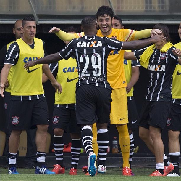 Love enfim desencanta e Corinthians vence mais uma no Paulista