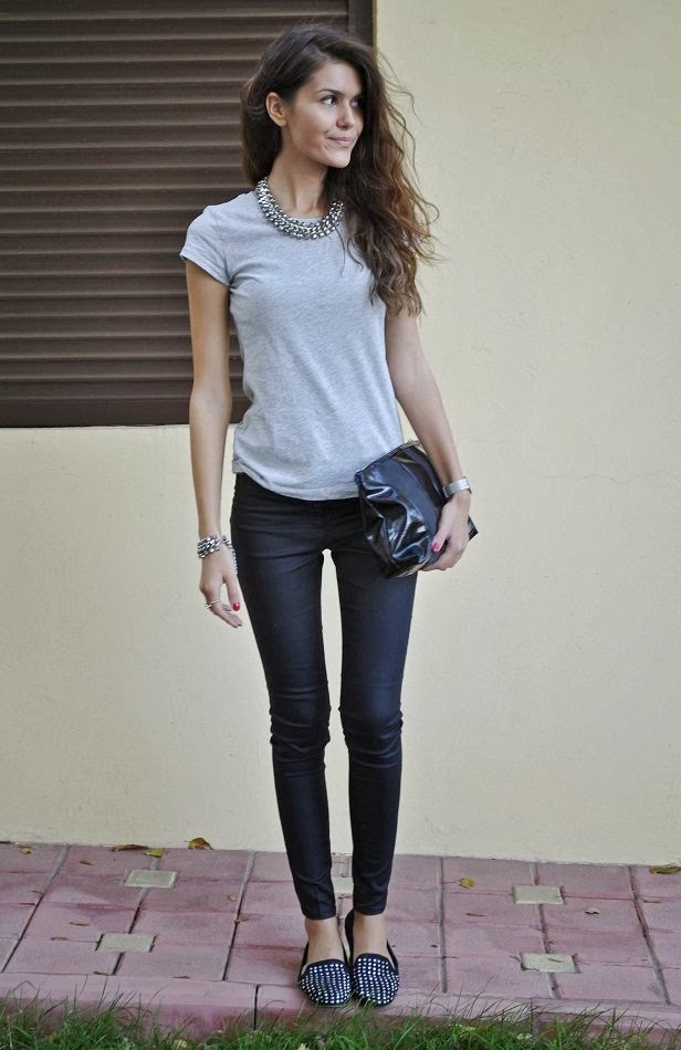 Details make the difference: T-shirt, shoes: Zara _ Pants, clutch, necklace + bracelet: H&M #StreetStyle