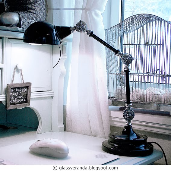 Skrivebordslampe med karaktér -  Desk lamp with punch and attitude