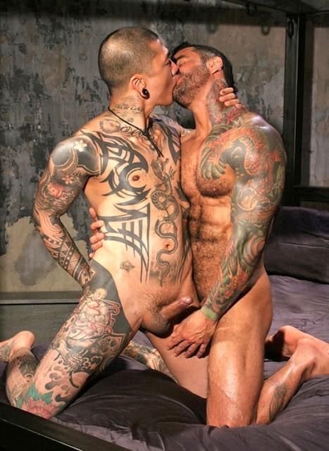 фото голых мужиков с усами и тату