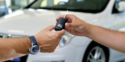 Entregando las llaves de un coche de renting