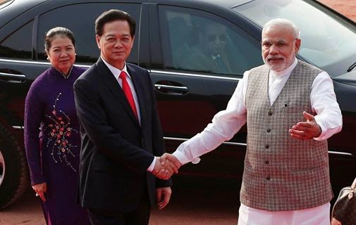 Perdana Menteri India Narendra Modi dan Nguyen Tan Dung.