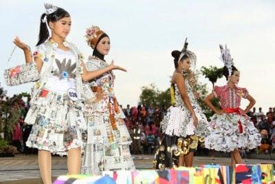 fashion show dari bahan daur ulang di Banyuwangi 2015.