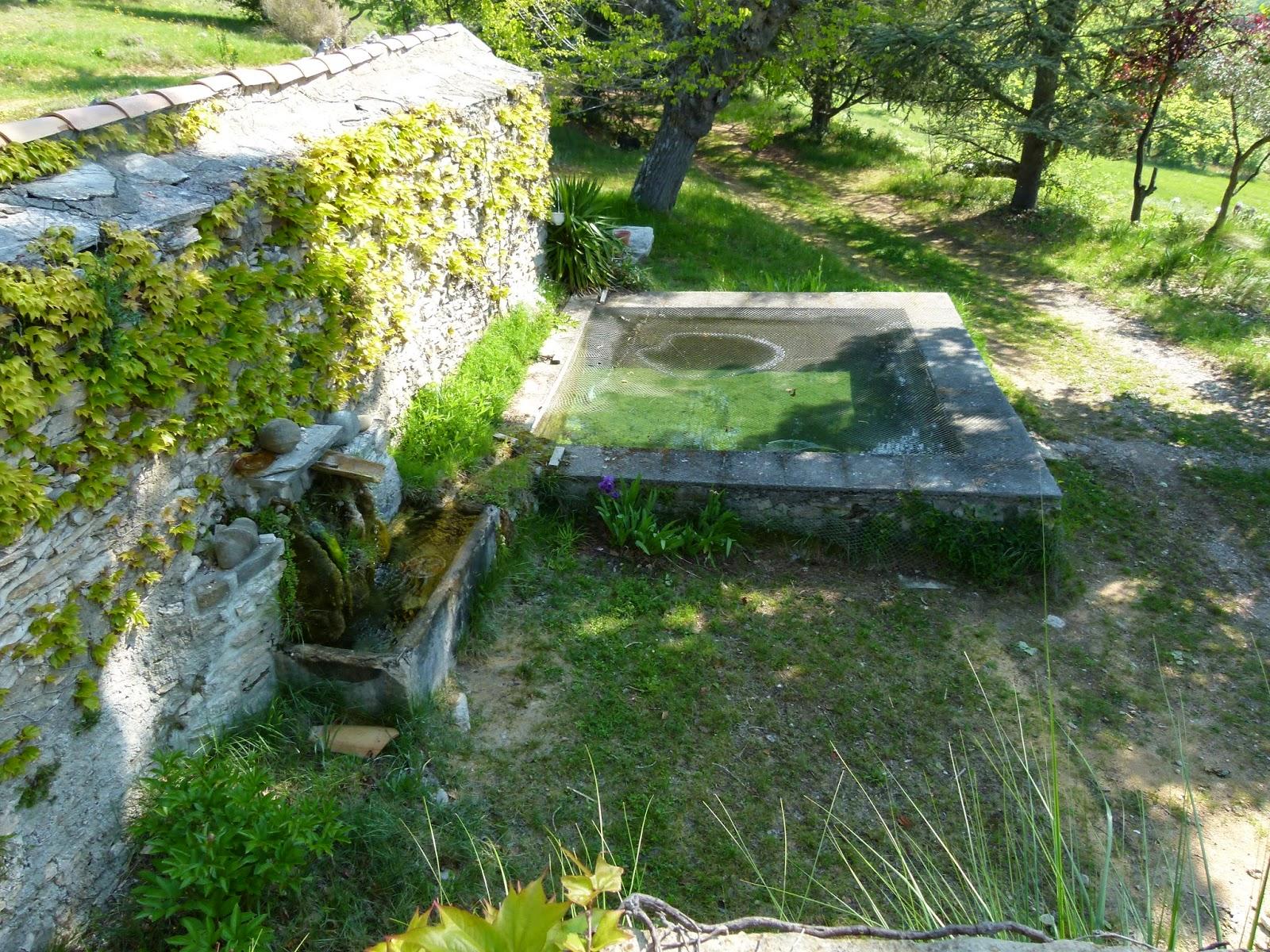 Pierrefeu - Fontaine petit bassin exterieur ...