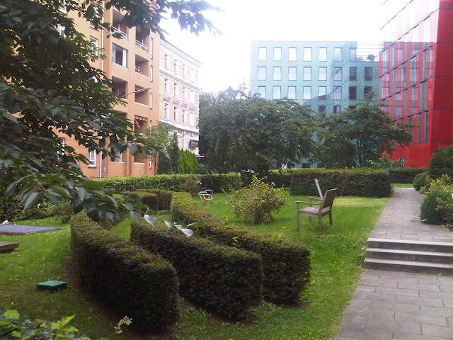 Grünanlagen vor bunten Häusern - St. Pauli