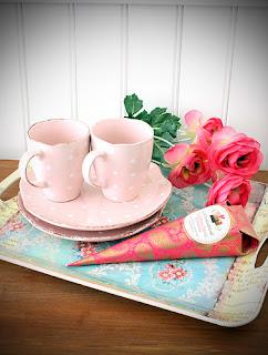 Blommor, Choklad från Åre och Stina-porslin från IB Laursen finns hos Familjebutiken Calimero