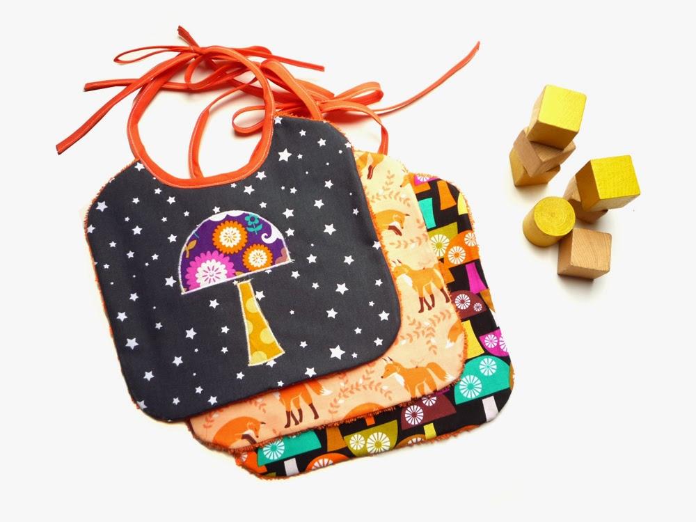 http://www.claralily.fr/lot-de-3-bavoirs-taille-naissance-noir-et-orange-renards-et-champignons.html