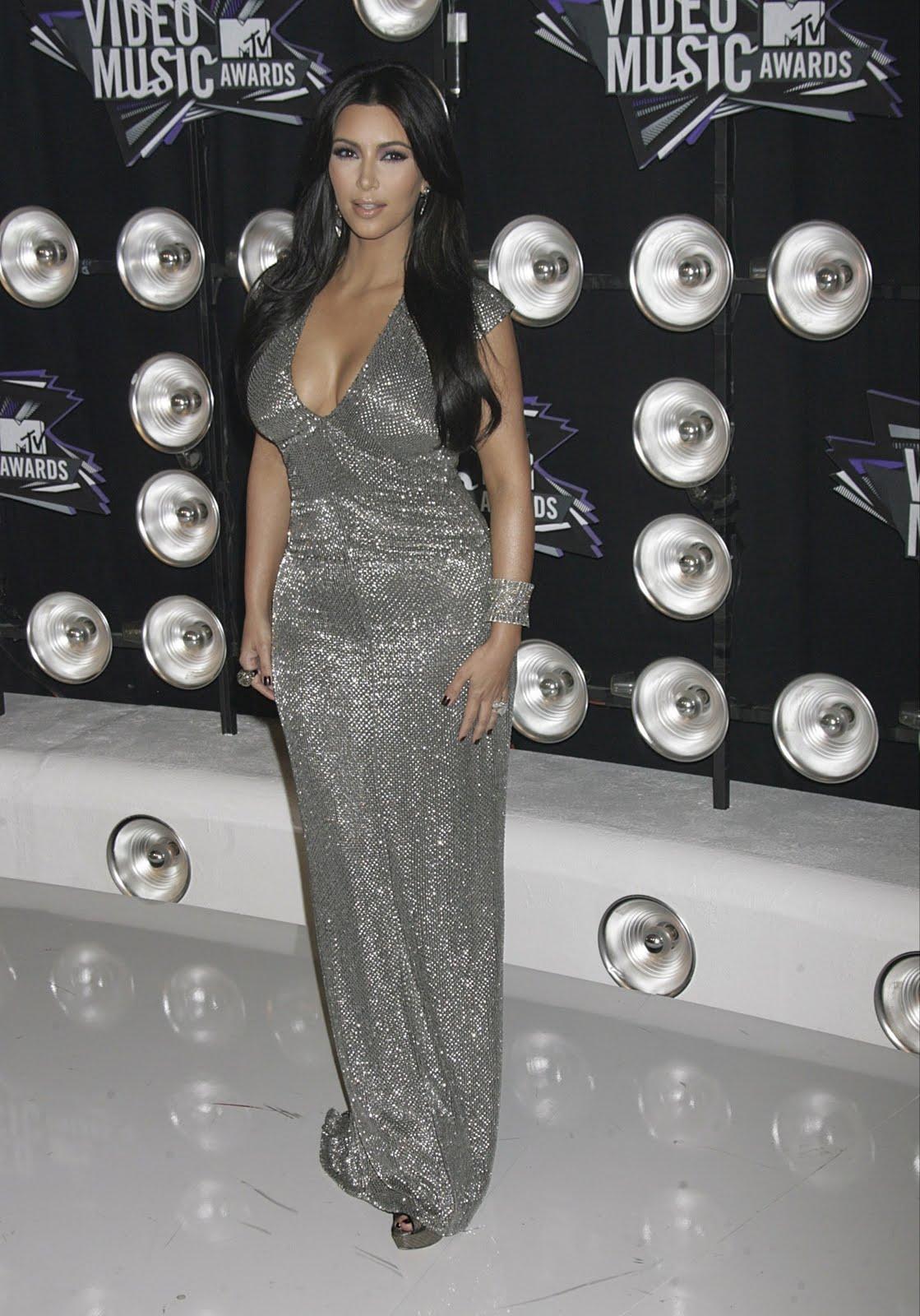 http://4.bp.blogspot.com/-Rc4bEKRGTrE/TqP3JyuPbAI/AAAAAAAAFRI/uu2ZpPPN7qA/s1600/Kim-Kardashian-125.jpg