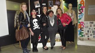 Semana de Moda - Exposição dos Alunos - Alunas e a Professora Vera Maria Pereira