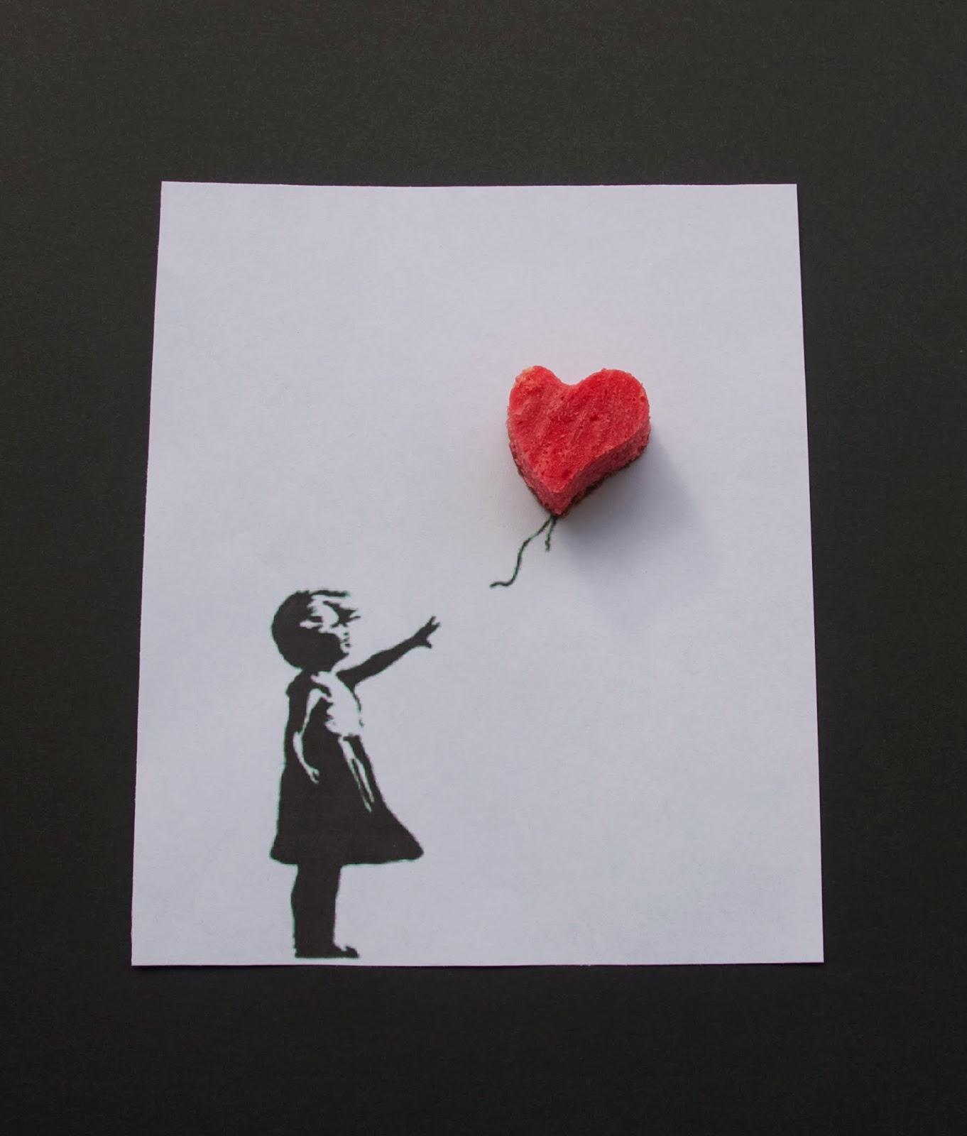 Imatge de la nena de Banksy amb cor de cheescake red velvet brownie