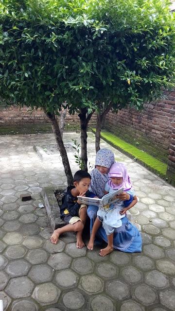mengajarkan anak bicara melalui buku