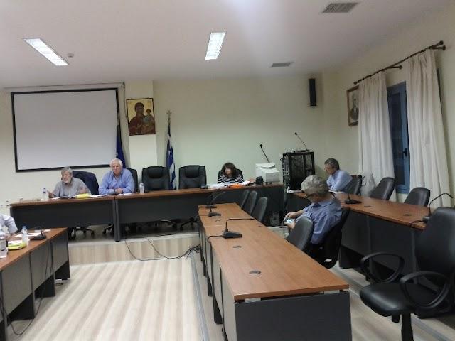 Συνεδρίαση με ηχηρές απουσίες και ξεκάθαρη αναφορά Κόλλια