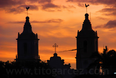 Torres da Igreja Matriz Nossa Senhora da Vitória ao pôr-do-sol