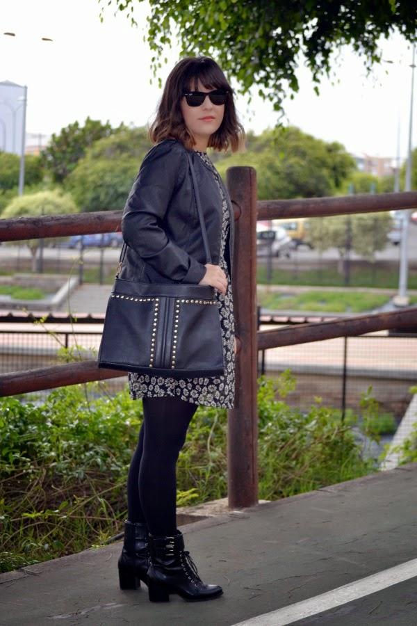 look_vestido_flores_margaritas_cazadora_botines_lolalolailo_03