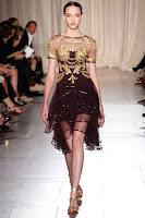 Къса рокля на етажи със златни бродерии на Marchesa