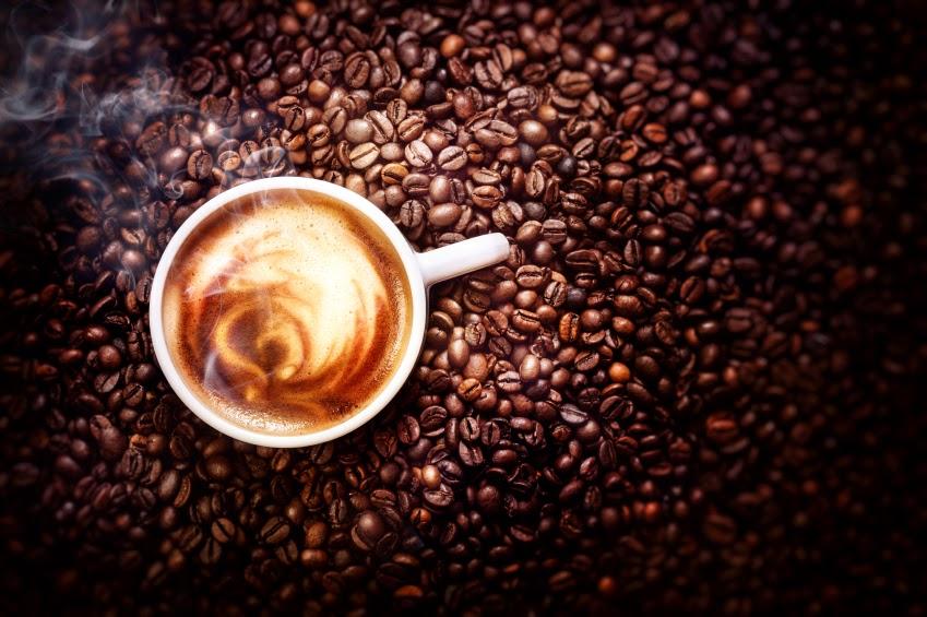Kávészemek egy csésze kávéval