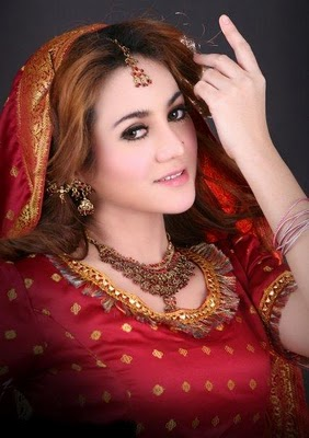 Alinda Keys Indonesian Actress Model Singer Presenter Bikini Saree Photos and Biography hot photos