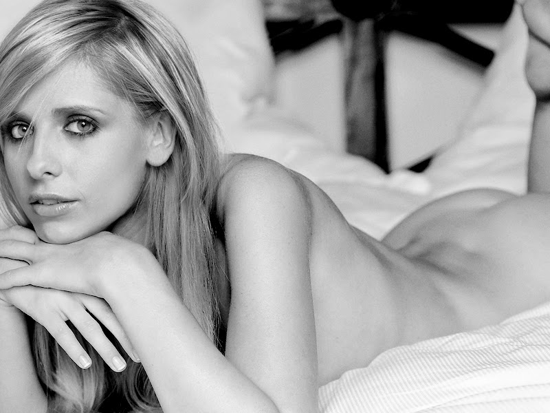 Sarah Michelle Gellar Nude On The Bed Show Nice Ass