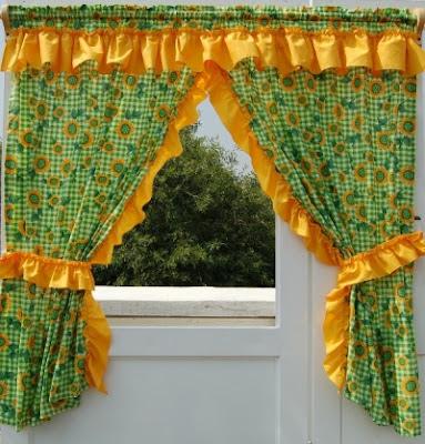 ponle cortinas con mucho color a tu cocina ya que es una manera de alegrar el espacio puedes buscar cortinas con motivos diseos de vegetales frutos etc