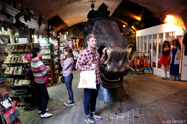 aliciasivert, alicia sivertsson, london med grabbarna, england, camden town, camden lock markets, horse tunnel market, häst, staty, häststaty, statue,