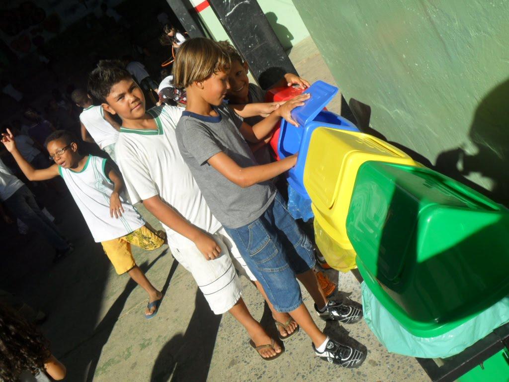 Mais Educação Escola Ana Guedes: A cor das lixeiras no Eco Recreio #15B662 1024 768