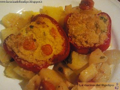 Peperoni ripieni di cous cous e verdure al forno con patate