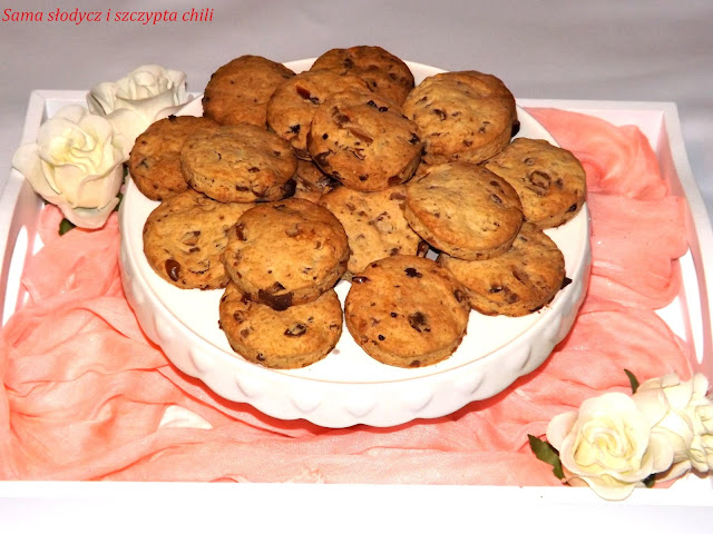 Ciasteczka z czekoladą i daktylami .