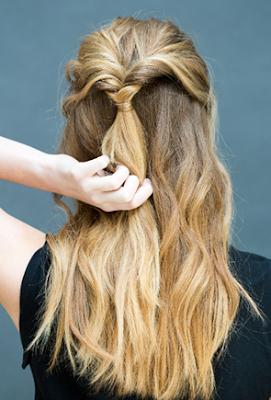 buatlah lobang kecil di atas karet rambut
