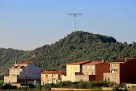 Montmajor amb la Torre dels Moros al seu darrere, vista des de la rotonda de la carretera a L'Espunyola