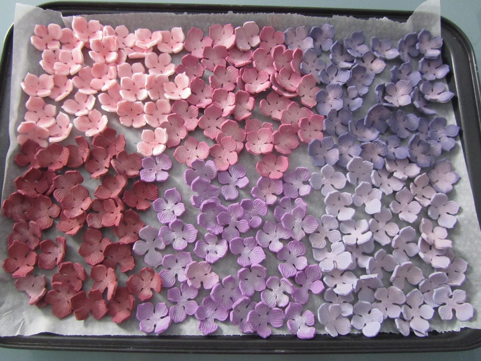 una vez cortadas todas unas flores por cupcake las dejamos secar toda la noche al da siguiente y con ayuda de un pincel por encima