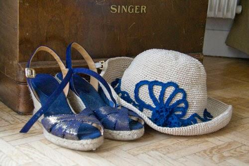 chapeau wide brim hat inaba devant une singer