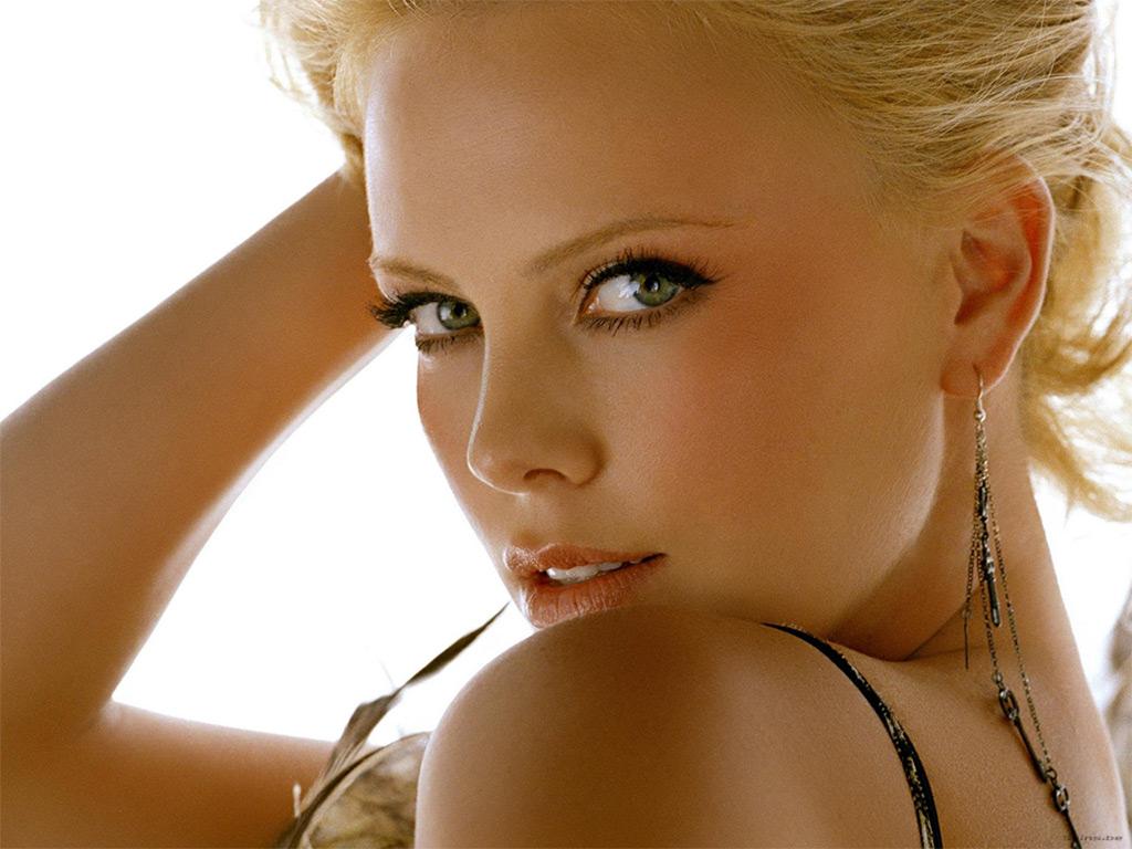 http://4.bp.blogspot.com/-RhjyR-CC1T0/TVfbiisge_I/AAAAAAAAAf8/FhgH1rywf8k/s1600/charlize-theron.jpg