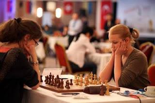 Ronde 5 - la Française Marie Sebag (2512) annule avec les Noirs contre la Russe Valentina Gunina (2511) au championnat d'europe féminin d'échecs © site officiel