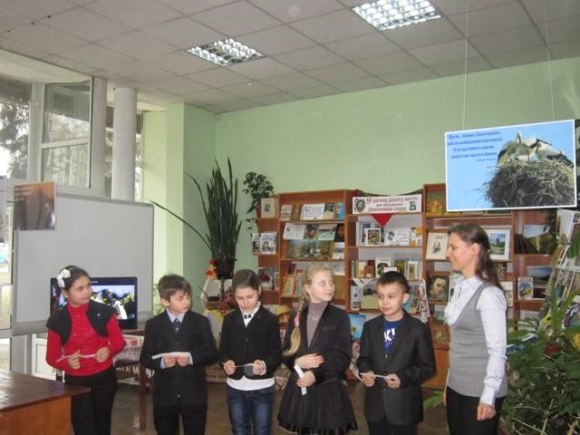 Маленькі відвідувачі фотовиставки діляться з Наталя Глущук, координатором проекту своїм уявленням про щастя.