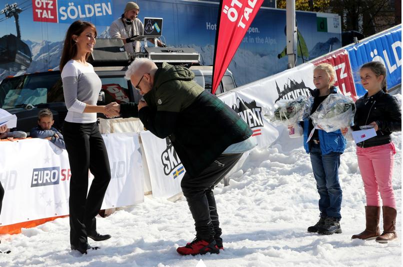 la princesse Marie a remis deux prix de la fédération danoise de ski dont elle est la marraine.