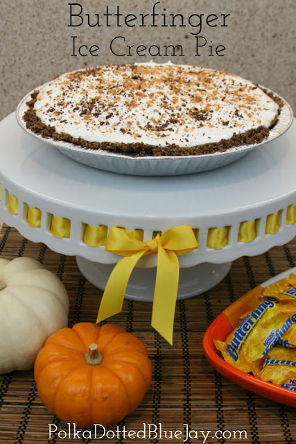 Butterfinger Ice Cream Pie with Halloween Candy // Perfect Fall Dessert // Fall Entertaining // Halloween Party Dessert #Treats4All #ad #CollectiveBias
