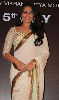 Sonakshi Sinha Pictures in Saree at Lootera Movie First Look Launch  0012.jpg