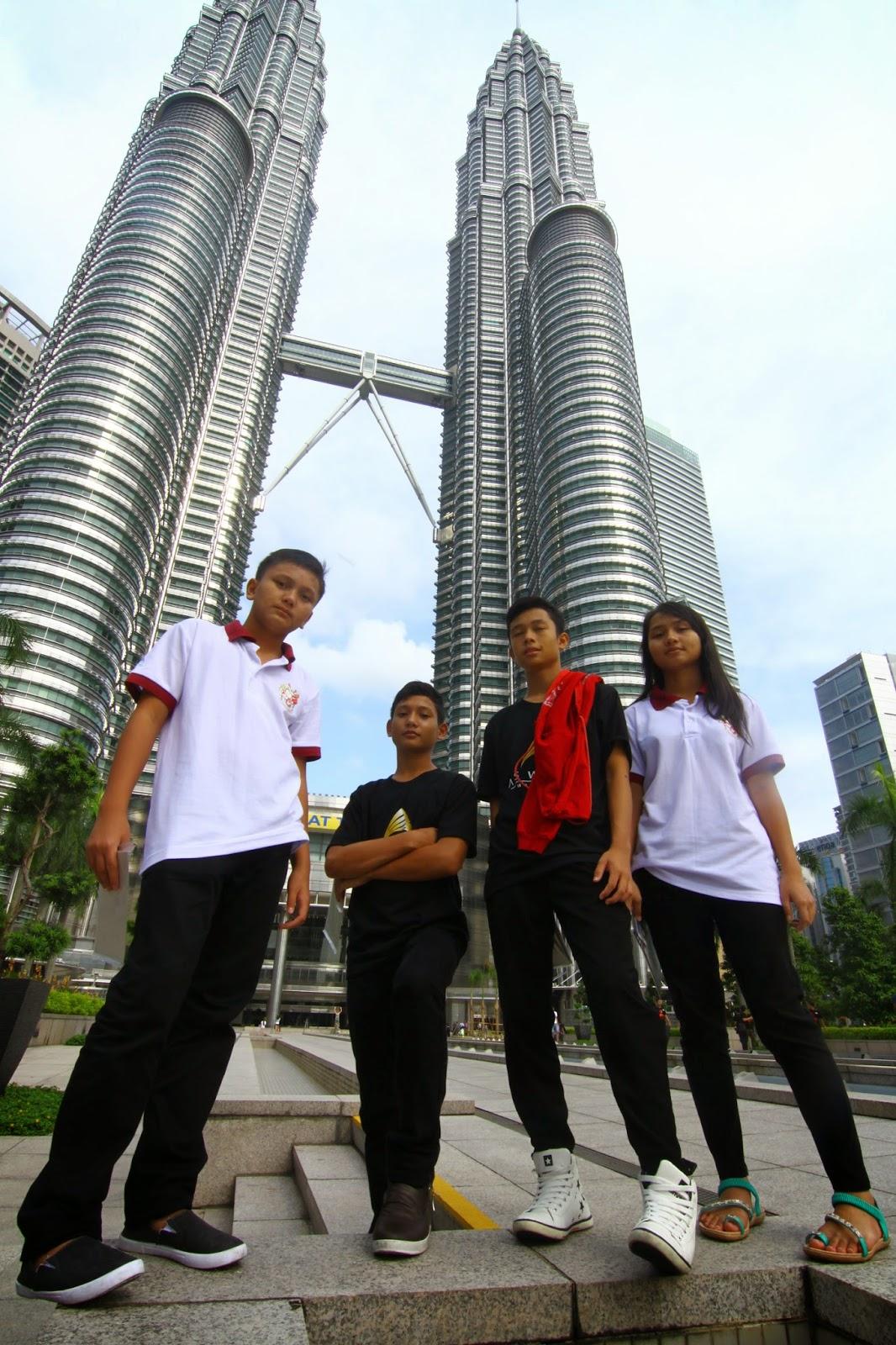 Pelajar-pelajar Cikgu Hailmi bergambar depan Menara Berkembar Petronas KLCC