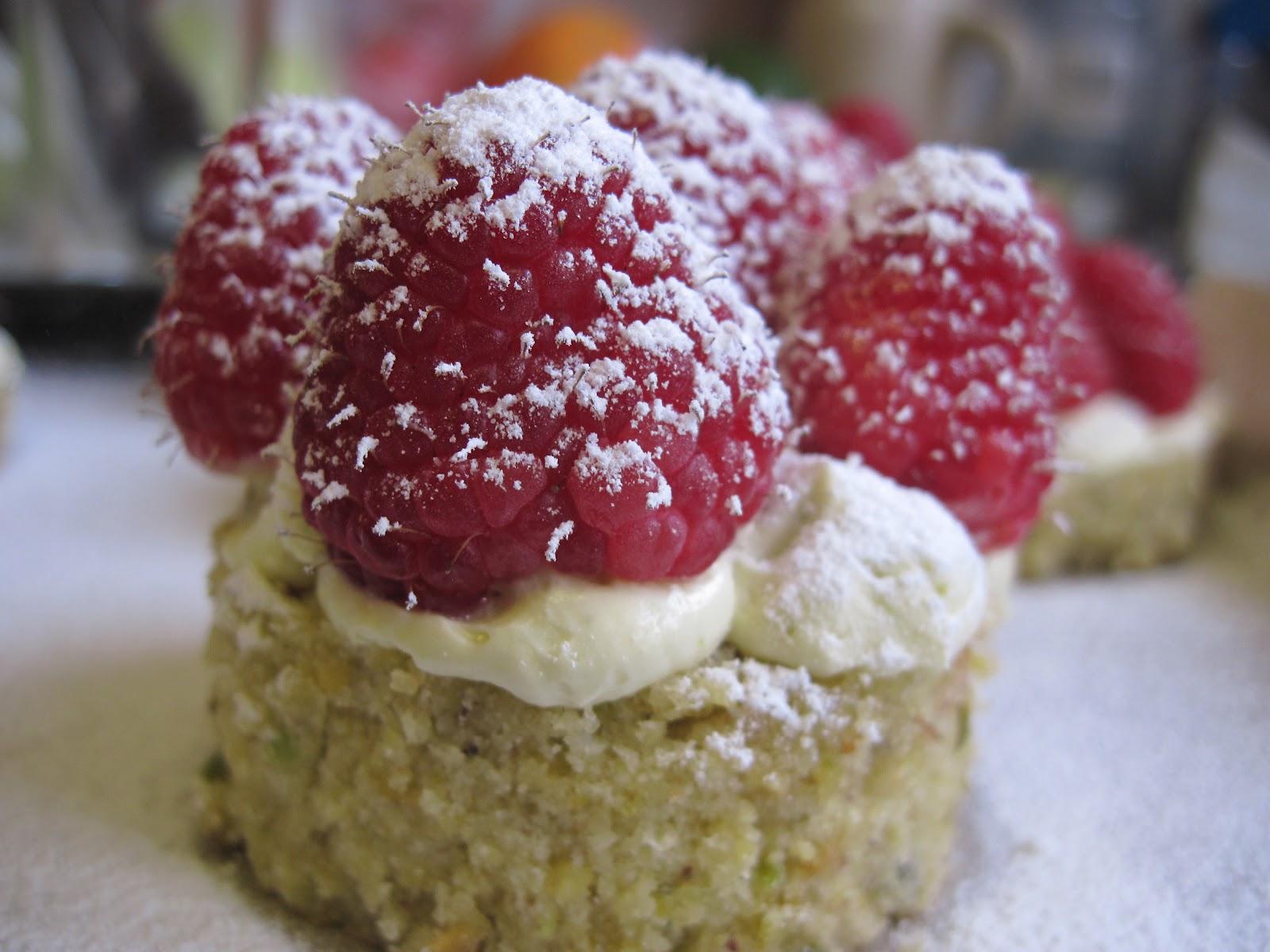 The Sugar Lump: Pistachio & Raspberry Cakes
