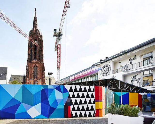 GAIS bemalt im SCHIRN-Auftrag farbenfroh den Bauzaun der Römer-Baustelle mitten in Frankfurt