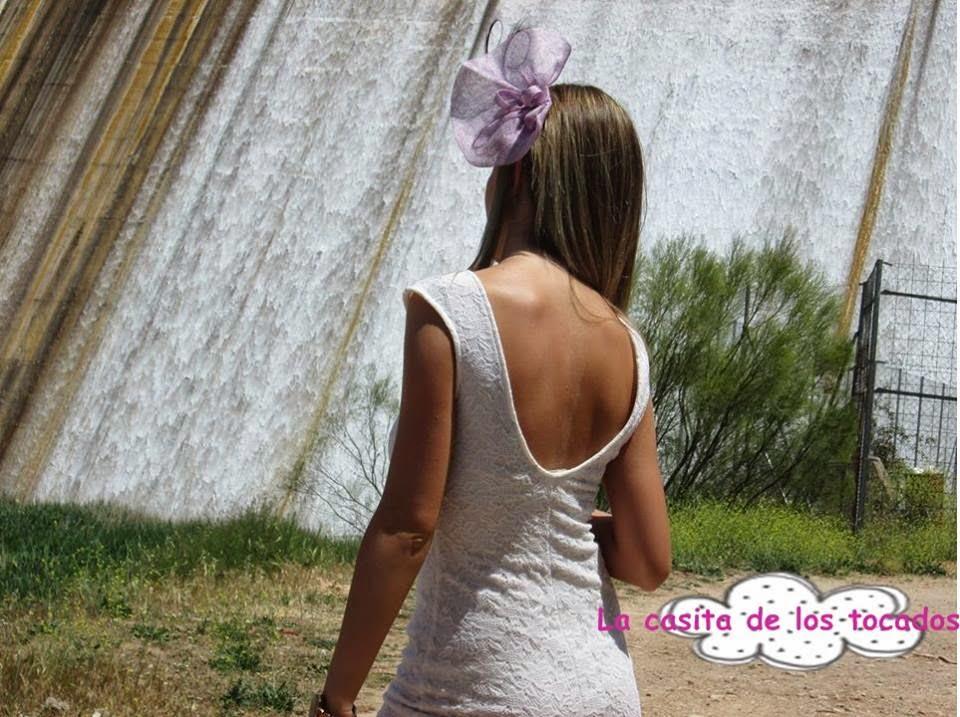 tocado barato en color malva de sinamay a juego con vestido corto en blanco roto