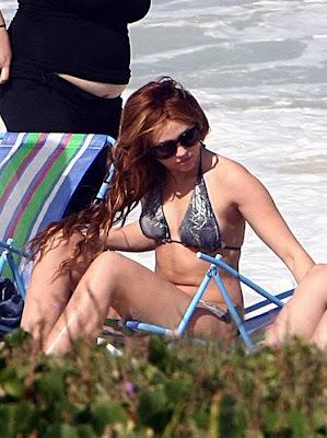 sexy miley cyrus en pequeño bikini en brasil