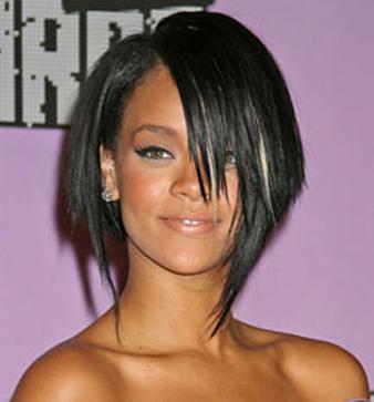 Rihanna omuz hizasında orta boy değişik saç kesim modeli